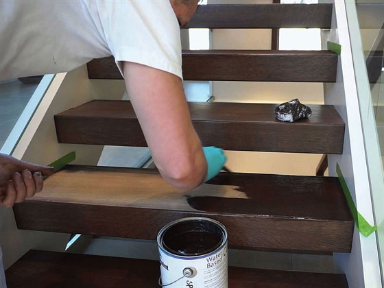 Чем покрасить деревянную лестницу в доме?